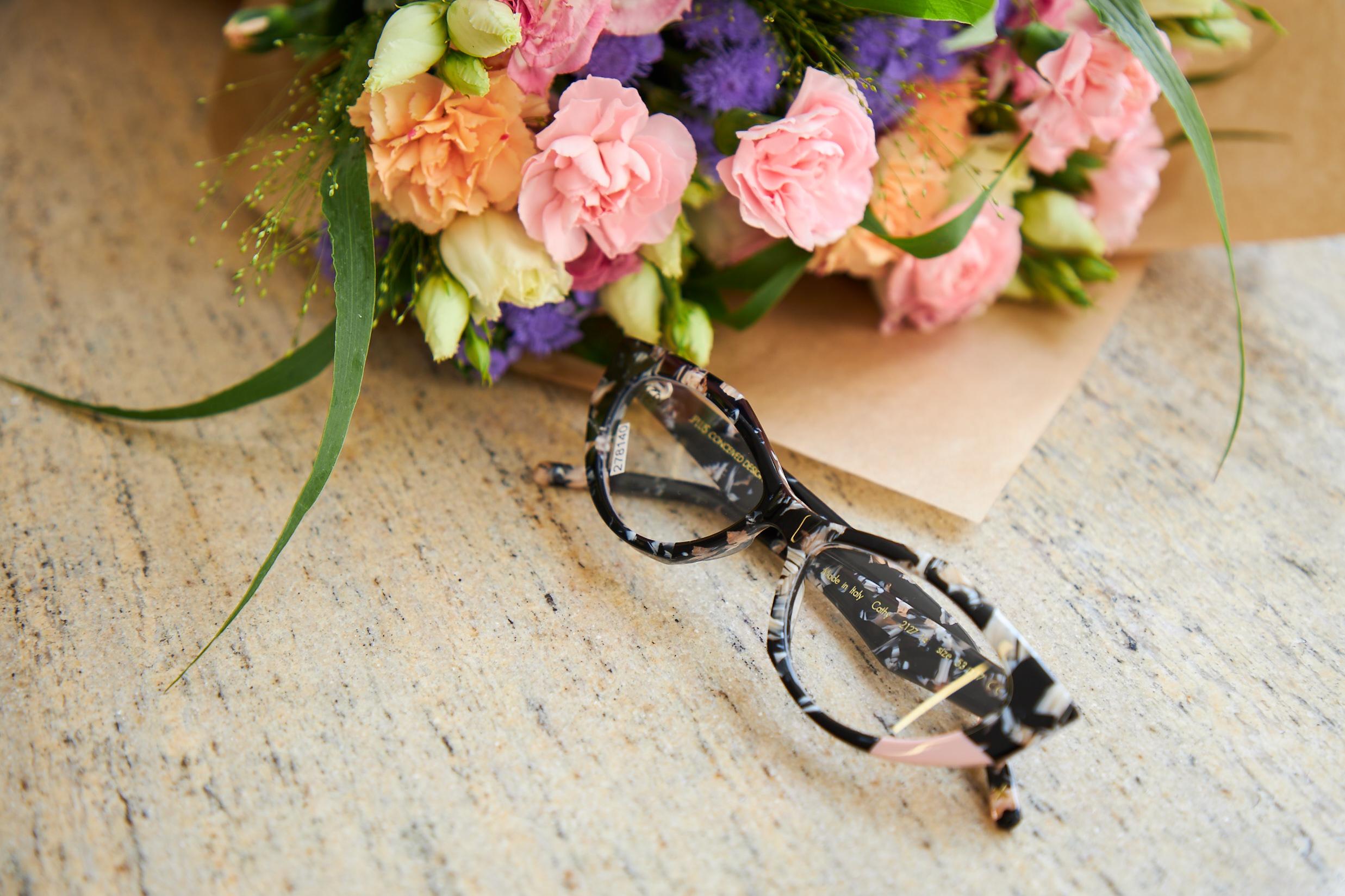 Okulary korekcyjne i kwiaty
