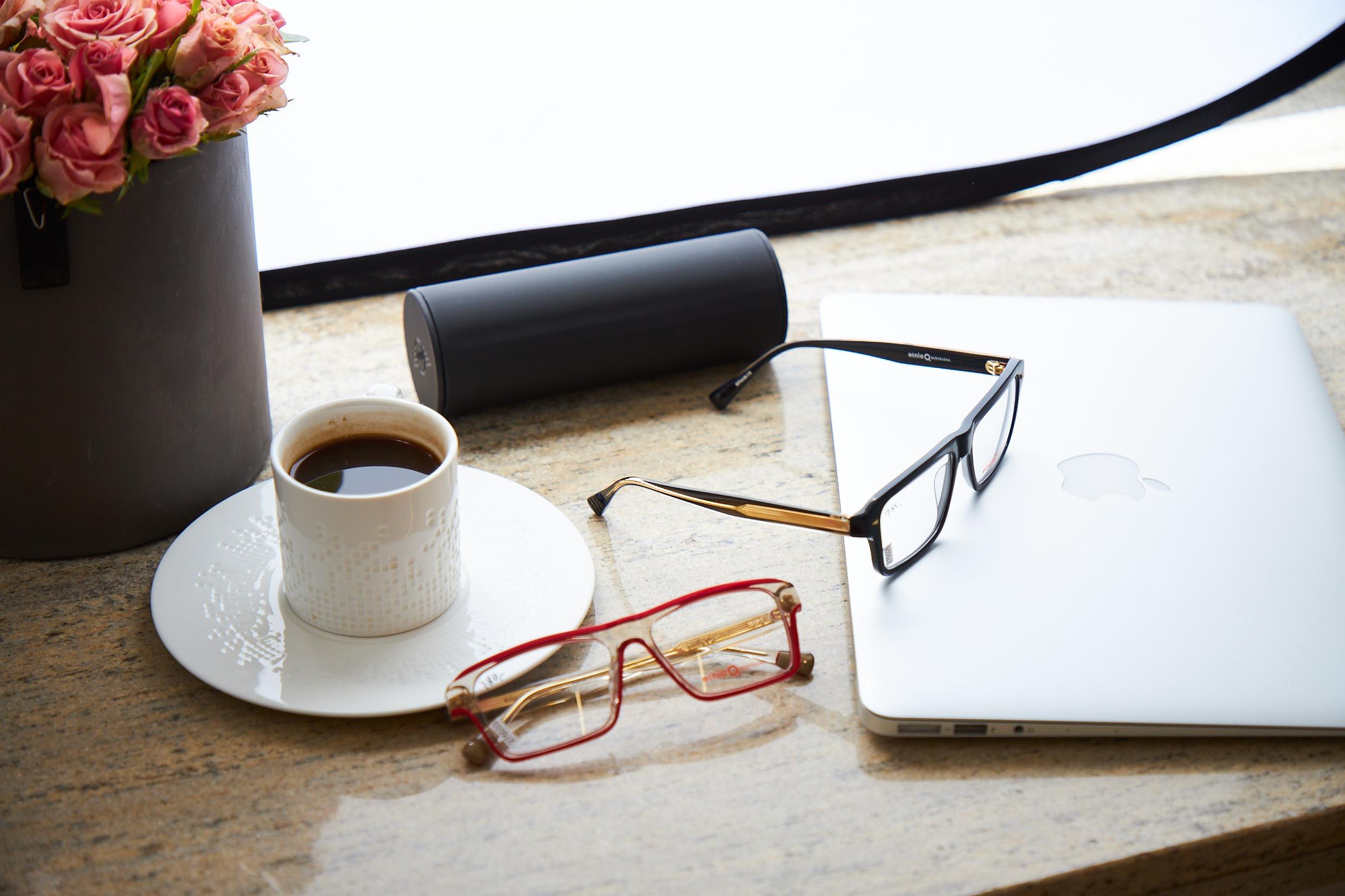 Okulary korekcyjne z laptopem